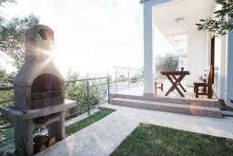 Территория. Черногория, Братешичи : Двухэтажный дом с бассейном, гостиная, кухня-столовая 3 спальни, 2 ванные комнаты, дворик, место для барбекю, Wi-Fi