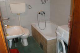 Ванная комната. Черногория, Сутоморе : Двухэтажный дом, 2 гостиные, 2 кухни, 6 спален, 2 ванные комнаты, место для барбекю, сад, 2 паркоместа