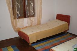 Спальня 2. Черногория, Сутоморе : Двухэтажный дом, 2 гостиные, 2 кухни, 6 спален, 2 ванные комнаты, место для барбекю, сад, 2 паркоместа