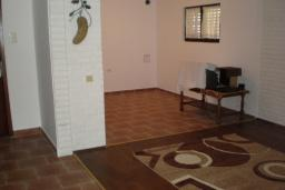 Гостиная. Черногория, Сутоморе : Двухэтажный дом, 2 гостиные, 2 кухни, 6 спален, 2 ванные комнаты, место для барбекю, сад, 2 паркоместа