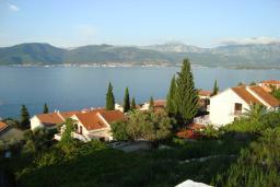 Вид на море. Черногория, Крашичи : Трехэтажный дом в 120 метрах от пляжа с панорамным видом на море, гостиная, 3 спальни, 3 ванные комнаты, терраса с мягкой качелью
