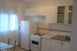 Кухня. Черногория, Крашичи : Трехэтажный дом в 120 метрах от пляжа с панорамным видом на море, гостиная, 3 спальни, 3 ванные комнаты, терраса с мягкой качелью