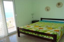 Спальня. Черногория, Крашичи : Трехэтажный дом в 120 метрах от пляжа с панорамным видом на море, гостиная, 3 спальни, 3 ванные комнаты, терраса с мягкой качелью