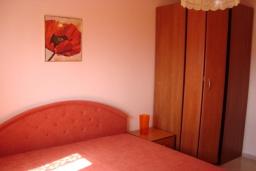 Спальня 2. Черногория, Крашичи : Трехэтажный дом в 120 метрах от пляжа с панорамным видом на море, гостиная, 3 спальни, 3 ванные комнаты, терраса с мягкой качелью