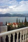 Балкон. Черногория, Крашичи : Трехэтажный дом в 120 метрах от пляжа с панорамным видом на море, гостиная, 3 спальни, 3 ванные комнаты, терраса с мягкой качелью