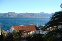 Вид на море. Черногория, Крашичи : Студия в 20 метрах от пляжа, с кондиционер и плазменным телевизором