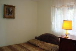 Спальня. Черногория, Крашичи : Апартамент в 20 метрах от пляжа, с гостиной и отдельной спальней