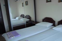 Спальня. Черногория, Крашичи : Апартамент в 100 метрах от пляжа, с террасой и шикарным видом на море