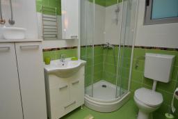 Ванная комната. Черногория, Рафаиловичи : Апартамент в 50 метрах от пляжа, с гостиной и отдельной спальней