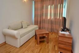 Гостиная. Черногория, Рафаиловичи : Апартамент в 50 метрах от пляжа, с гостиной и отдельной спальней