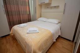 Спальня. Черногория, Рафаиловичи : Апартамент в 50 метрах от пляжа, с гостиной и отдельной спальней