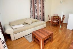 Гостиная. Черногория, Рафаиловичи : Апартамент в 50 метрах от пляжа, с гостиной, отдельной спальней и балконом с видом на море