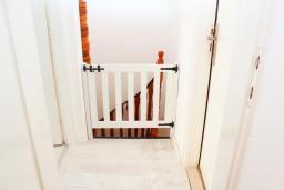 Коридор. Черногория, Рафаиловичи : Двухэтажный дом на набережной в Рафаиловичи, 2 спальни, 2 ванные, терраса, балкон, Wi-Fi