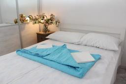Спальня. Черногория, Рафаиловичи : Двухэтажный дом на набережной в Рафаиловичи, 2 спальни, 2 ванные, терраса, балкон, Wi-Fi