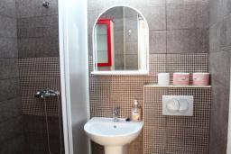 Ванная комната. Черногория, Рафаиловичи : Двухэтажный дом на набережной в Рафаиловичи, 2 спальни, 2 ванные, терраса, балкон, Wi-Fi