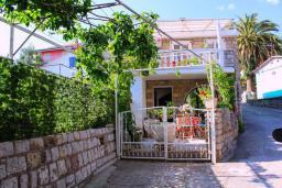 Фасад дома. Черногория, Рафаиловичи : Двухэтажный дом на набережной в Рафаиловичи, 2 спальни, 2 ванные, терраса, балкон, Wi-Fi