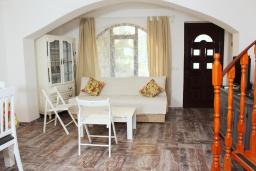 Гостиная. Черногория, Рафаиловичи : Двухэтажный дом на набережной в Рафаиловичи, 2 спальни, 2 ванные, терраса, балкон, Wi-Fi