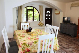 Обеденная зона. Черногория, Рафаиловичи : Двухэтажный дом на набережной в Рафаиловичи, 2 спальни, 2 ванные, терраса, балкон, Wi-Fi