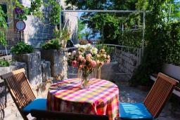 Терраса. Черногория, Рафаиловичи : Двухэтажный дом на набережной в Рафаиловичи, 2 спальни, 2 ванные, терраса, балкон, Wi-Fi