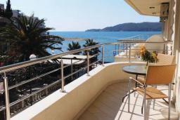Балкон. Черногория, Рафаиловичи : Апартамент возле пляжа с балконом и шикарным видом на море, гостиная, 3 спальни, 2 ванные комнаты