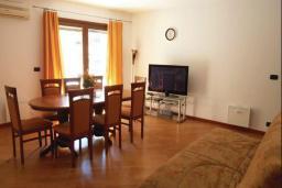 Гостиная. Черногория, Рафаиловичи : Апартамент возле пляжа с балконом и шикарным видом на море, гостиная, 3 спальни, 2 ванные комнаты