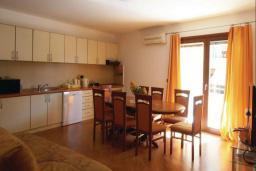 Кухня. Черногория, Рафаиловичи : Апартамент возле пляжа с балконом и шикарным видом на море, гостиная, 3 спальни, 2 ванные комнаты