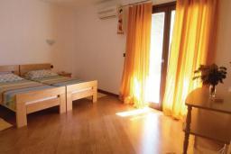 Спальня. Черногория, Рафаиловичи : Апартамент возле пляжа с балконом и шикарным видом на море, гостиная, 3 спальни, 2 ванные комнаты