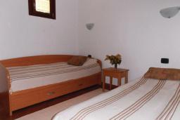 Спальня 2. Черногория, Рафаиловичи : Апартамент возле пляжа с балконом и шикарным видом на море, гостиная, 3 спальни, 2 ванные комнаты