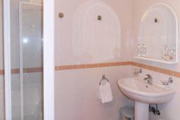 Ванная комната. Черногория, Рафаиловичи : Апартамент возле пляжа с балконом и шикарным видом на море, гостиная, 3 спальни, 2 ванные комнаты
