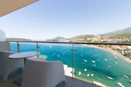 Балкон. Черногория, Рафаиловичи : Апартамент возле пляжа с балконом и шикарным видом на море, гостиная, 2 спальни, 2 ванные комнаты