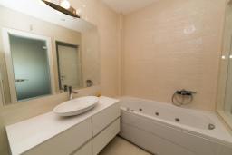 Ванная комната. Черногория, Рафаиловичи : Апартамент возле пляжа с балконом и шикарным видом на море, гостиная, 2 спальни, 2 ванные комнаты