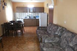 Гостиная. Черногория, Велика плажа : Двухэтажный дом с террасой, 2 гостиные-кухни, 4 спальни, две ванные комнаты, 3 паркоместа, сад и место для барбекю