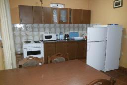 Кухня. Черногория, Велика плажа : Двухэтажный дом с террасой, 2 гостиные-кухни, 4 спальни, две ванные комнаты, 3 паркоместа, сад и место для барбекю
