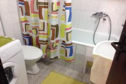 Ванная комната. Черногория, Мельине : Апартамент в 70 метрах от пляжа, с гостиной, двумя спальнями и балконом
