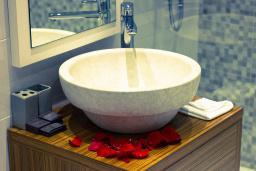Ванная комната. Черногория, Рафаиловичи : Стандартный номер с шикарным видом на море