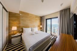 Спальня. Черногория, Рафаиловичи : Апартаменты с 1 спальней и балконом с шикарным видом на море