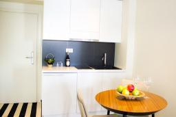 Кухня. Черногория, Рафаиловичи : Апартаменты с 1 спальней и балконом с шикарным видом на море