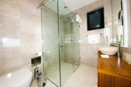Ванная комната. Черногория, Рафаиловичи : Апартаменты с 1 спальней и балконом с шикарным видом на море