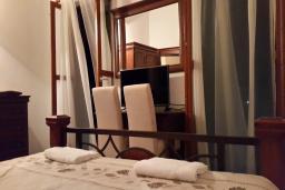Спальня. Черногория, Кримовица : Уютная вилла с бассейном, гостиной, кухней, 4 спальнями, 3 ванными комнатами, парковкой для двух машин