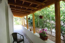 Терраса. Черногория, Шушань : Пятиместные апартаменты с двумя спальными комнатами, кухней-столовой и гостиной