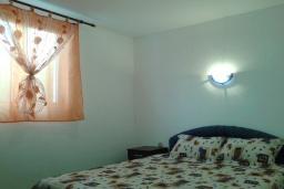 Спальня. Черногория, Шушань : Пятиместные апартаменты с двумя спальными комнатами, кухней-столовой и гостиной