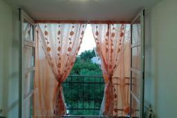Балкон. Черногория, Шушань : Пятиместные апартаменты с двумя спальными комнатами, кухней-столовой и гостиной