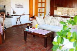 Гостиная. Черногория, Велика плажа : Пентхаус с большой гостиной, двумя спальнями, балконами с шикарным видом на море