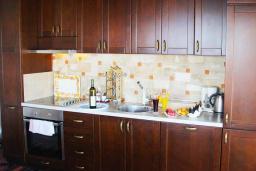 Кухня. Черногория, Велика плажа : Пентхаус с большой гостиной, двумя спальнями, балконами с шикарным видом на море