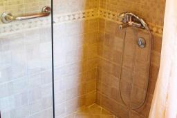 Ванная комната. Черногория, Велика плажа : Пентхаус с большой гостиной, двумя спальнями, балконами с шикарным видом на море