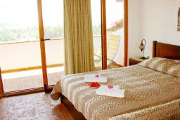 Спальня. Черногория, Велика плажа : Пентхаус с большой гостиной, двумя спальнями, балконами с шикарным видом на море