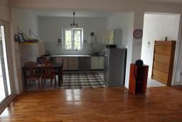 Кухня. Черногория, Зеленика : Дом с 4-мя спальнями с террасой и видом на море, зеленый сад с фруктовыми деревьями, мангал, Wi-Fi, цифровое ТВ