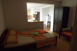 Спальня. Черногория, Зеленика : Дом с 4-мя спальнями с террасой и видом на море, зеленый сад с фруктовыми деревьями, мангал, Wi-Fi, цифровое ТВ