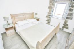 Спальня. Черногория, Росе : Апартамент возле пляжа с гостиной и отдельной спальней
