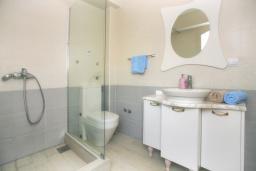 Ванная комната. Черногория, Росе : Дом на берегу моря, 3 гостиные, 3 кухни, 4 спальни, 4 ванные комнаты